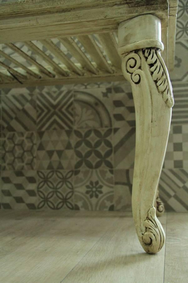 Dettaglio zampa tavolino con persiana