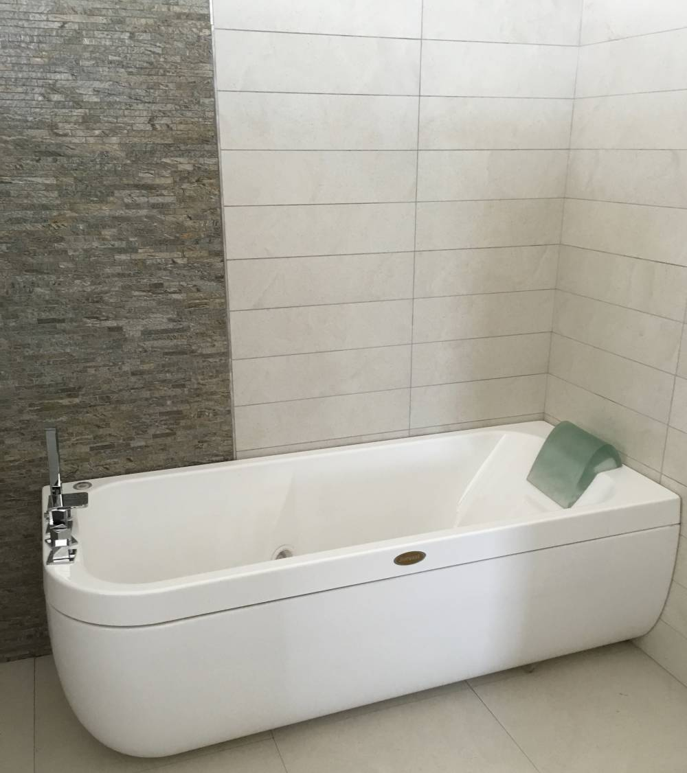 https://www.btmnedilizia.it/foto/grandi/vasca-idromassaggio-aquasol-offerta-vendita-online.jpg